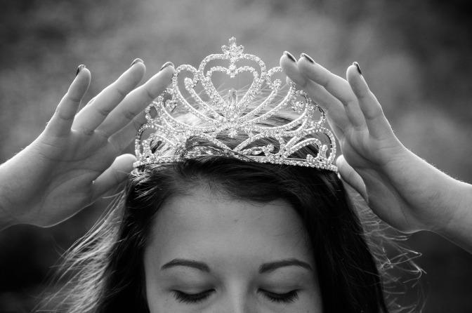 queen-2941438_1920.jpg